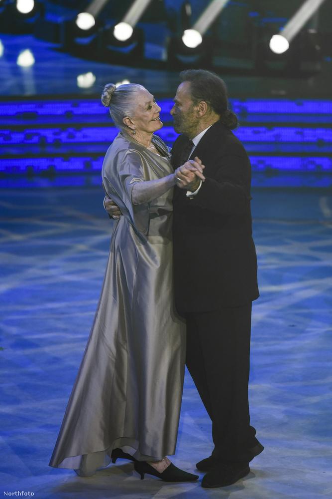 Láthatjuk, hogy Árpád apánk egy romantikus táncot lejt a parketten.Annyi bizonyos, hogy ezt is ugyanolyan emelt fővel teszi,mint ahogy a Honfoglalás című filmben a magyarok letelepedését egyengette
