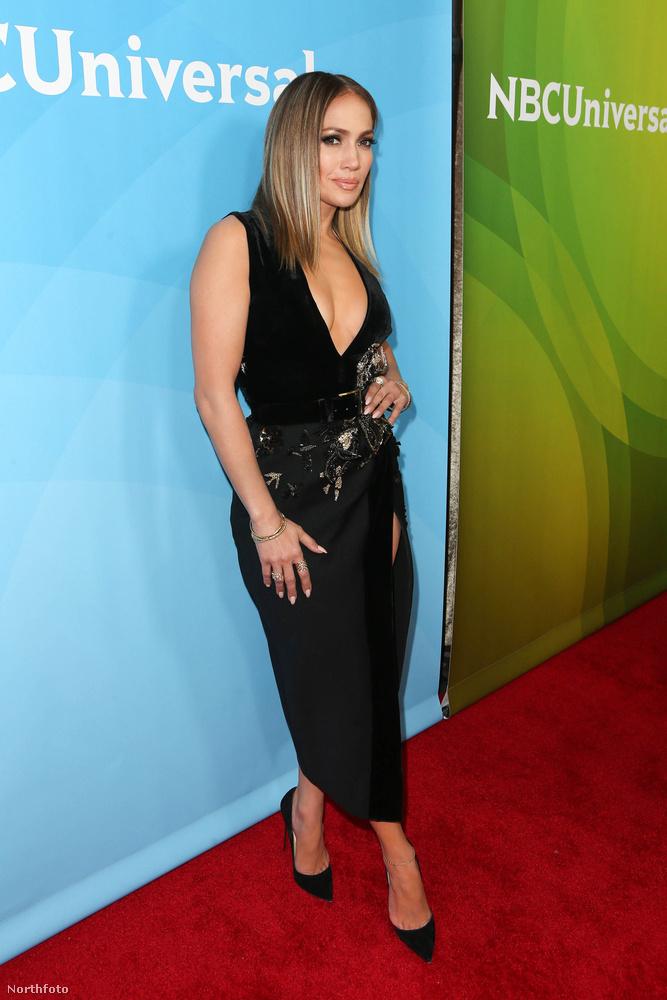 Ha Jennifer Lopez a World of Dance nevű tehetségkutatót promózza, aminek ugye már a nevében benne van a tánc szó, akkor szinte kötelező, hogy megmutassa a lábakat, amiken ő is gyakran táncra perdül.