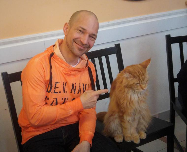 Vadon János macskáját egyébként Miklósnak hívják, akárcsak Peller Anna férjét.