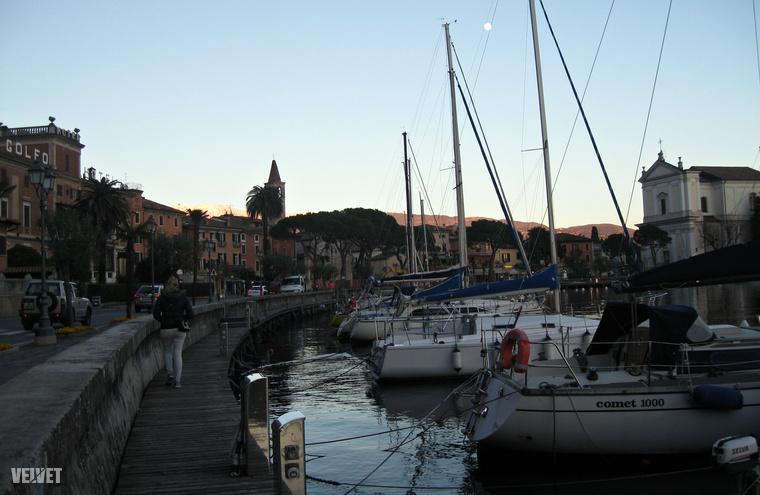 Naplemente Maderno városában, itt érdemes megállni egy Birra Morettire