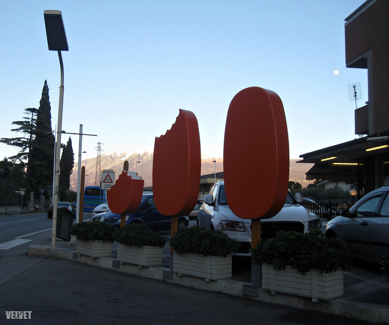 Diszkrét jégkrém reklám is akad egy benzinkút melletti parkolóban.
