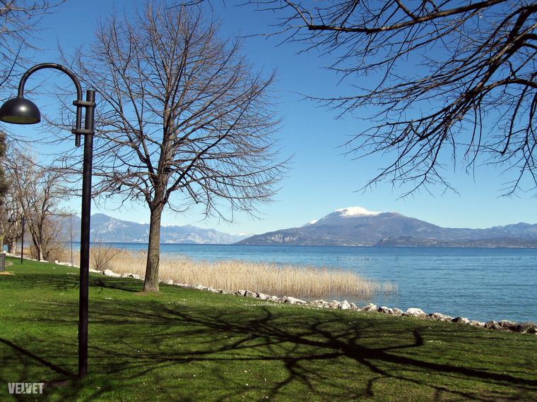 Veronától körülbelül 40 kilométerre eljutunk a Garda-tóhoz