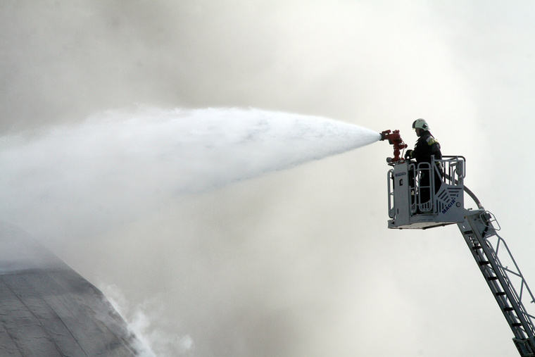 """Farkas-Bozsik Gábor, a Fejér megyei Katasztrófavédelmi Igazgatóság szóvivője szerdán a Velvetnek azt mondta, hogy """"ma elkezdődött a tűzvizsgálati eljárás, aminek a során helyszíni szemlét tartanak, szemtanúkat hallgatnak meg és próbálják megállapítani a tűz keletkezésének helyét, idejét és okát."""""""
