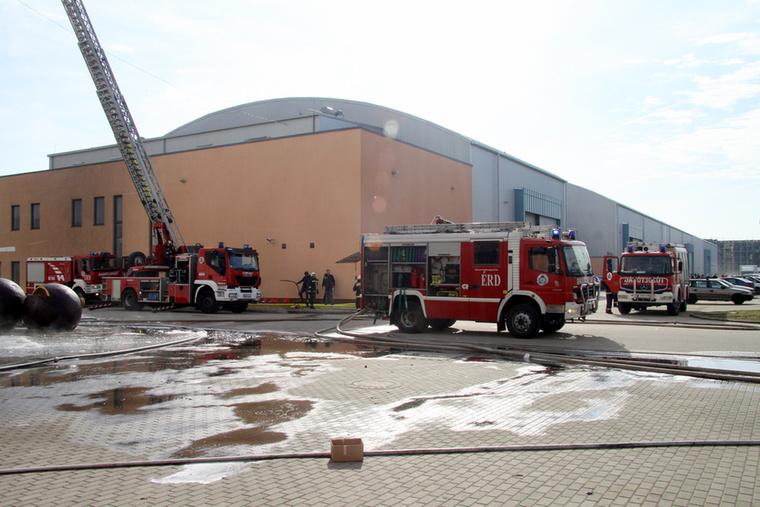 A 2500 négyzetméteres épületet a székesfehérvári, a bicskei, az érdi, a törökbálinti és a budapesti tűzoltók oltották,