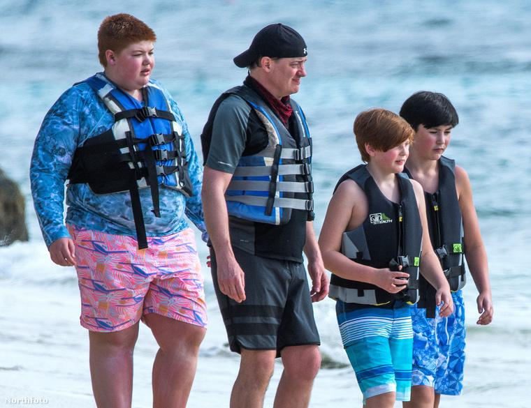 Ott a három fiú, akikkel golyóálló-mellényben vették fel a harcot a medúzák ellen