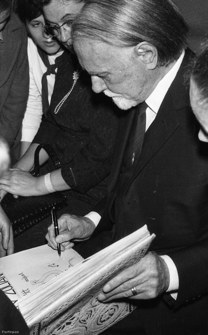 Kodály Zoltán dedikál, 1964