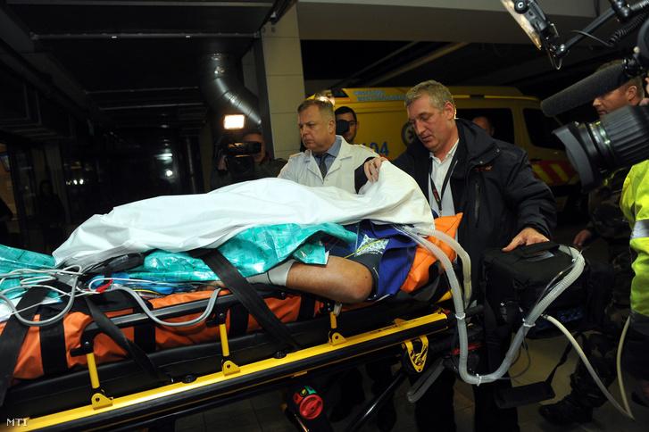 Az olaszországi buszbaleset Veronában ápolt utolsó sérültjét hozzák a budapesti Honvédkórházba a Liszt Ferenc-repülőtérről 2017. február 24-én. Mellette Tamás Róbert az MH Egészségügyi Központ-Honvédkórház orvosigazgatója (fehér köpenyben).