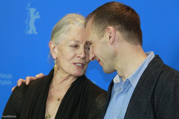 Itt pedig már Ralph Fiennes-al látható a 2011-es berlini Nemzetközi Filmfesztiválon.Játszottak együtt több darabban is, utoljára 2016-ban a III