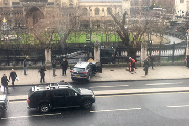 A Westminster-hídon egy autó az emberek közé hajtott, sokan megsérültek. Az autó ezt követően a Parlament kerítésének hajtott. Az egyelőre nem egyértelmű, hogy egy vagy két támadó követte el a támadásokat.