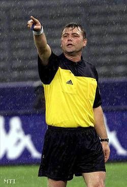Puhl Sándor magyar játékvezető jelez az Olaszország-Anglia barátságos labdarúgó-mérkőzésen Torinóban 2000. november 15-én