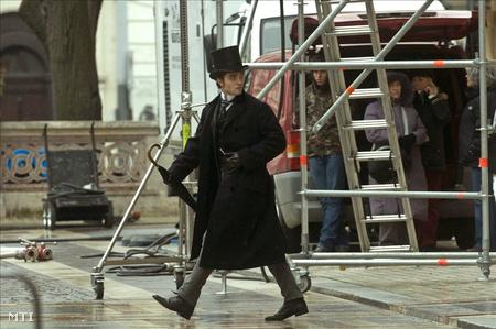 Robert Pattinson, az Alkonyat-filmek sztárja a Bel Ami forgatásán, a Szent István téren