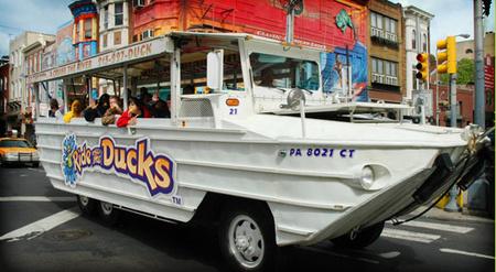 A Ride The Ducks nevű cég egyik hajója, egy ilyennel ütközött az uszály
