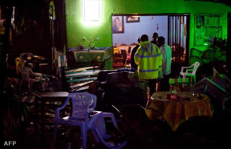 Rendőrök helyszínelnek a robbantások egyik helyszínén, egy étteremben (Fotó: Trevor Snapp)
