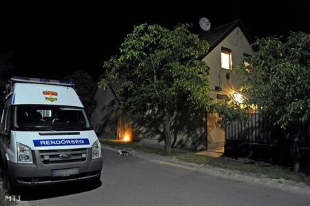 Helyszínelnek a rendőrök a házban, ahol olyan súlyosan bántalmazta egy 45 éves apa a fiát, hogy a gyerek belehalt sérüléseibe (Fotó: Lakatos Péter)