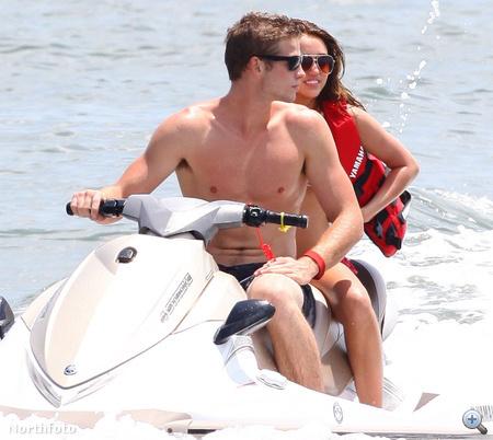 Liam Hemsworth és Miley Cyrus. És egy jet ski.