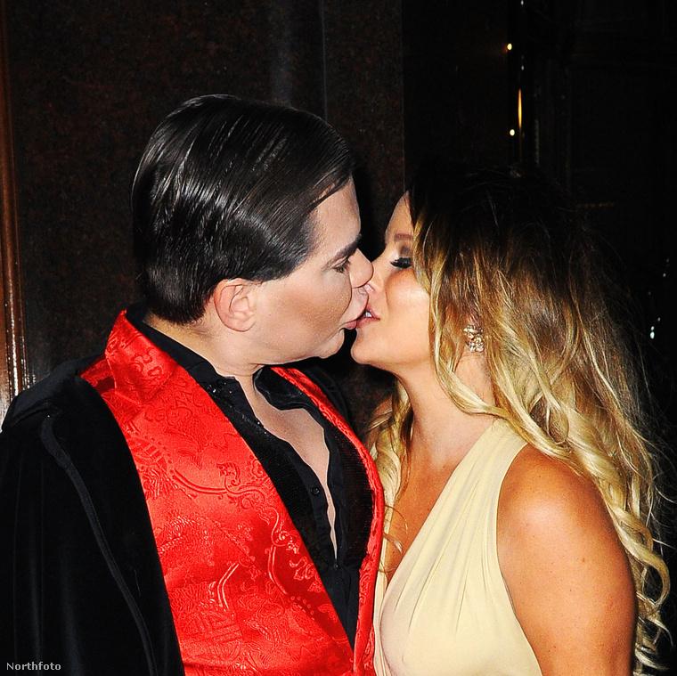 Nyilvánvalóan tudják, hogy fényképezik őket, szóval biztosra vehetjük, hogy a nagy csókolózás elsősorban a fotósnak szól
