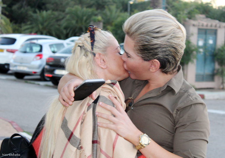 A szenvedélyes csókot egy másik szögből is megnézhetjük, mert pont ott volt egy fotós! Három hónapon belül ez a Danniella Westbrook a harmadik nő, akit Alves nyilvánosan szájon csókol