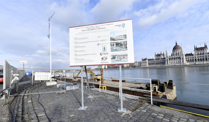 A 2017-es vizes világbajnokságra készülő óriás ugrótorony építkezésének helyszíne a fővárosi Batthyány téren 2017. január 3-án