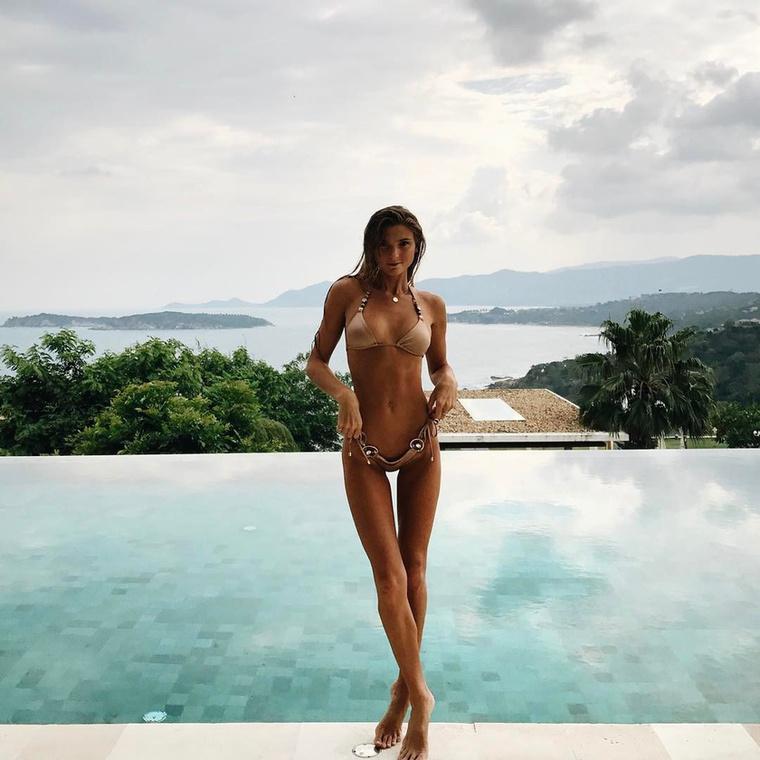 Jógás nőket bemutató sorozatunkban ma egy fokozottan szexi ausztrál modellel és fotóssal ismerkedhet meg