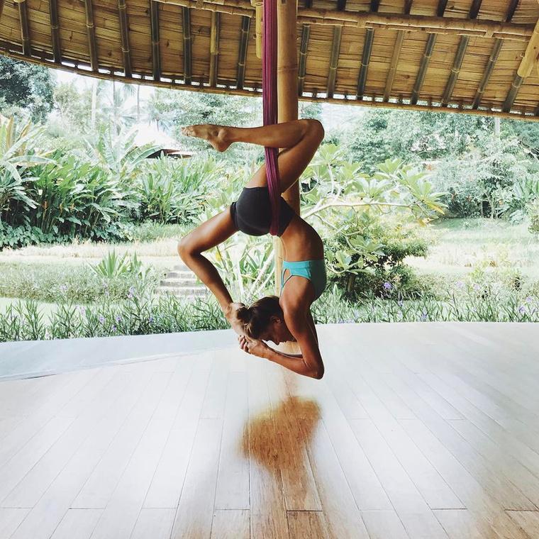 A következő alkalommal például jógás minőségében hívták meg Bali szigetére.