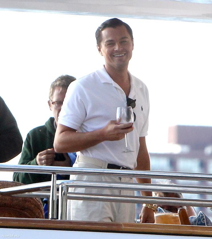 Vajon mennyire kellett könyörögni Leonardo DiCapriónak, hogy egyszerű, galléros pólót és érdektelen, valamilyenszínű nadrágot húzzon a Wall Street farkasa kedvéért?