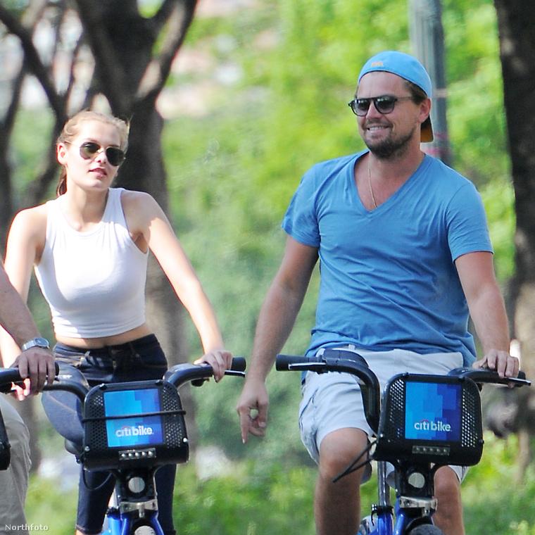 A biciklizéshez a változatosság kedvéért V-nyakú pólót és zsebes rövidnadrágot húz