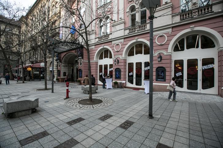 A Kálmán Imre Teátrum és a Teátrum Café bejárata, az egykori Moulin Rouge helyén