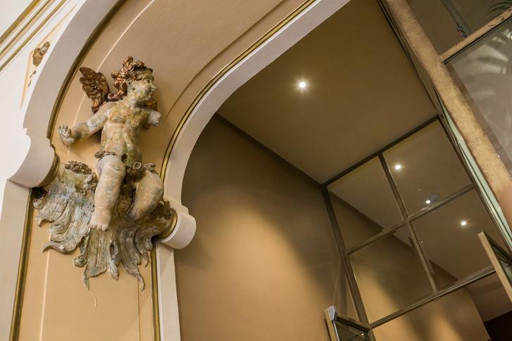 Félkarú puttó-szobor a lépcsősor tetején