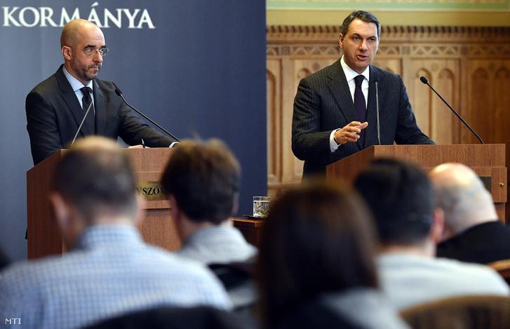 Lázár János, a Miniszterelnökséget vezető miniszter szokásos heti sajtótájékoztatóját tartja az Országházban, mellette Kovács Zoltán kormányszóvivő