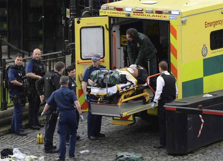 Mentőautóba helyezik a hordágyon fekvő támadót aki megkéselt egy rendőrt