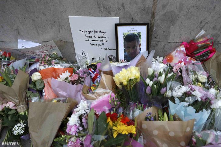 Virágok és üzenetek a támadás helyszínének közelében, 2017. március 24-én