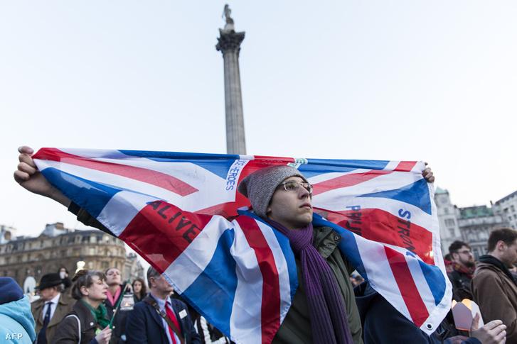 A támadás áldozataira emlékezők a Trafalgar téren tartott gyertyagyújtáson, 2017. március 23-án