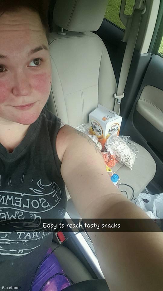 Az volt a mázlija, hogy tartós élelmiszerekkel pakolta meg autóját