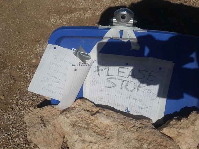 Amikor elindult térerőt keresni, üzeneteket hagyott autójánál