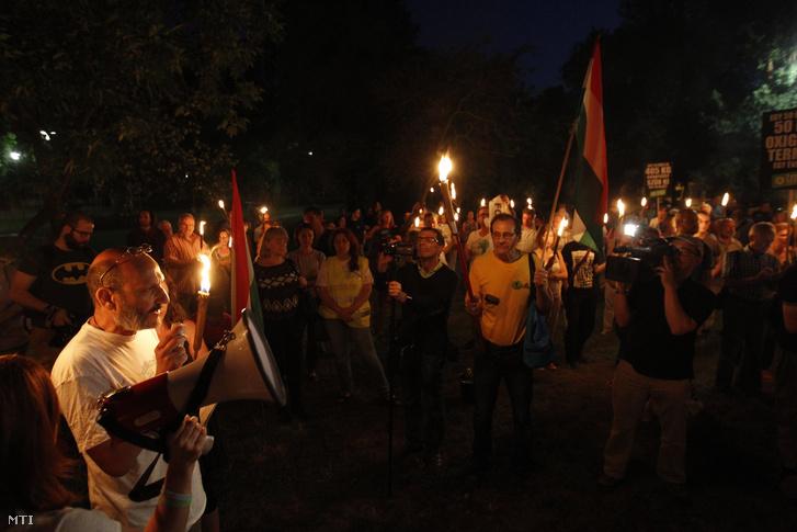 Moldován László LMP-s erzsébetvárosi önkormányzati képviselő beszédet mond pártja demonstrációján a Városligetben 2016. július 20-án