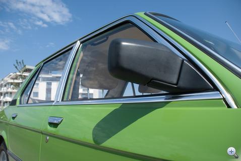 Jobbos tükör az osztrák autóról