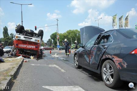 A nagytestű kocsi két személyautóra esett, a benne utazó három tűoltó és az egyik autós megsérült