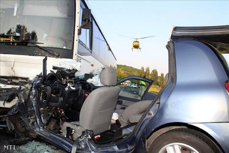 A 71-es úton, egy autóbusz és egy személygépkocsi frontálisan ütközött. A személyautó vezetője a baleset következtében a helyszínen meghalt