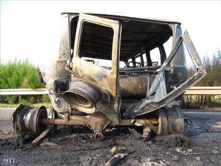 Kiégett mikrobusz az M5-ös autópálya 47-es kilométerénél, két halálos áldozat