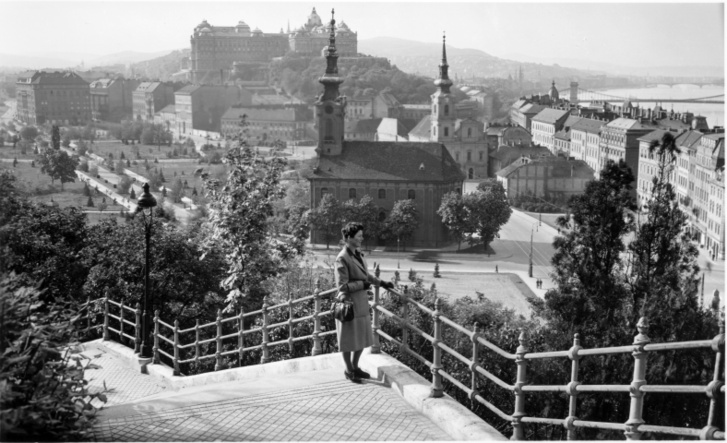 Látkép a Szent Gellért lépcsőről a Tabán és Királyi Palota felé. Előtérben a Szent Demeter szerb templom, mögötte az Alexandriai Szent Katalin-plébániatemplom