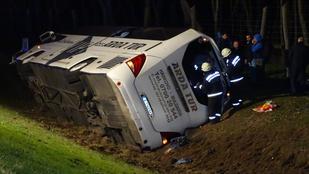 Felborult egy busz az M5-ös autópályán, öten megsérültek