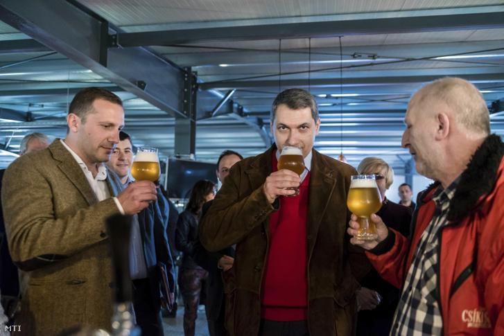 Lázár János Miniszterelnökséget vezető miniszter (középen) Lénárd András a Csíki Sör Manufaktúrát üzemeltető Lixid Project Kft. vezetője (balra) és Simonffy Árpád sörfőző mester sört kóstol az Igazi Csíki Sört gyártó csíkszentsimoni sörfőzdében 2017. március 24-én.