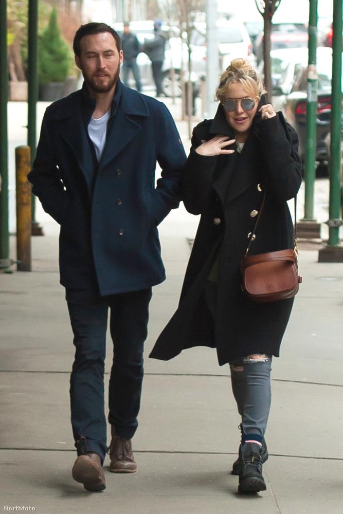 Kate Hudson magánélete nem egyszerű történet: elég sok férfival kavart már az elmúlt években, de most itt a legújabb partnere, akit úgy hívnak, hogyDanny Fujikawa.A pár múlt héten egy romantikus hétvégét töltött együtt New Yorkban, ott készültek ezek a képek.