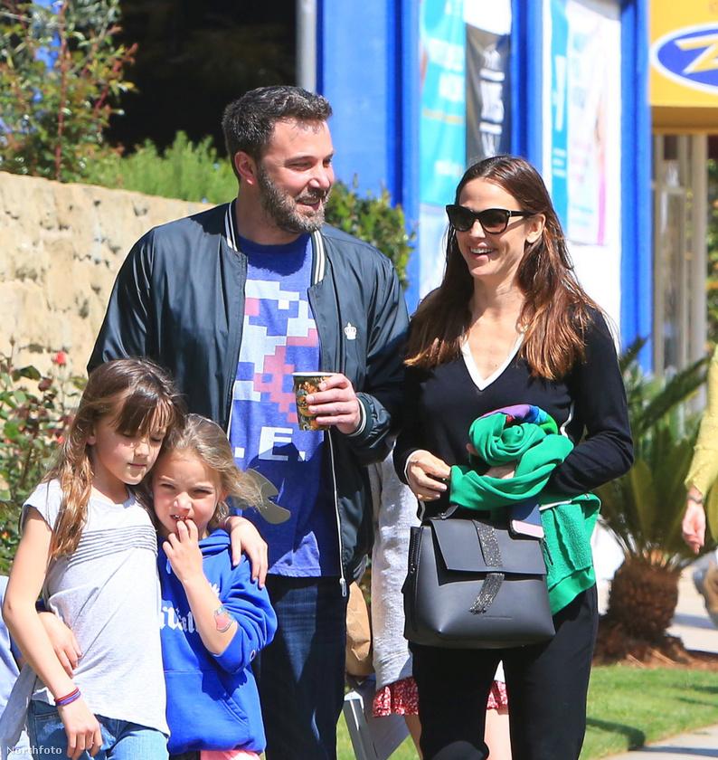 Szinte hihetetlen, de Ben Affleck és Jennifer Garner egyazon helyen és időben tartózkodik, és mind a ketten mosolyognak!