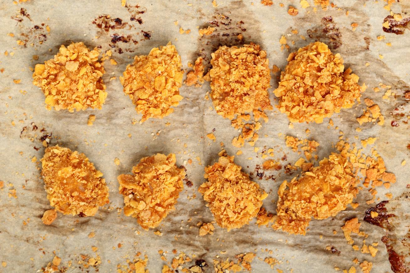 Csirkefalatok corn flakes bundában, sütőben sütve - Sokkal jobb, mint a rántott hús