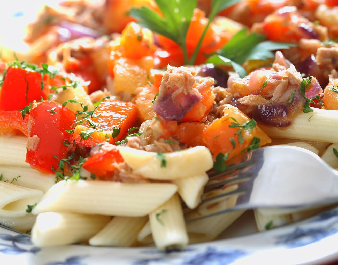 10 perces tésztasaláta tonhallal és zöldségekkel