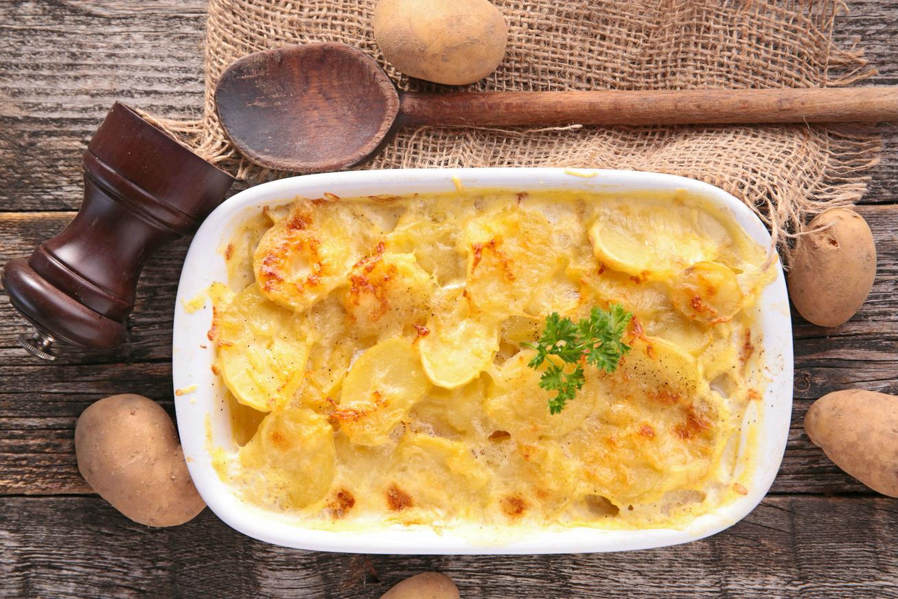Rakott krumpli fokhagymás tejszínnel leöntve - Krémes lesz, és nagyon finom