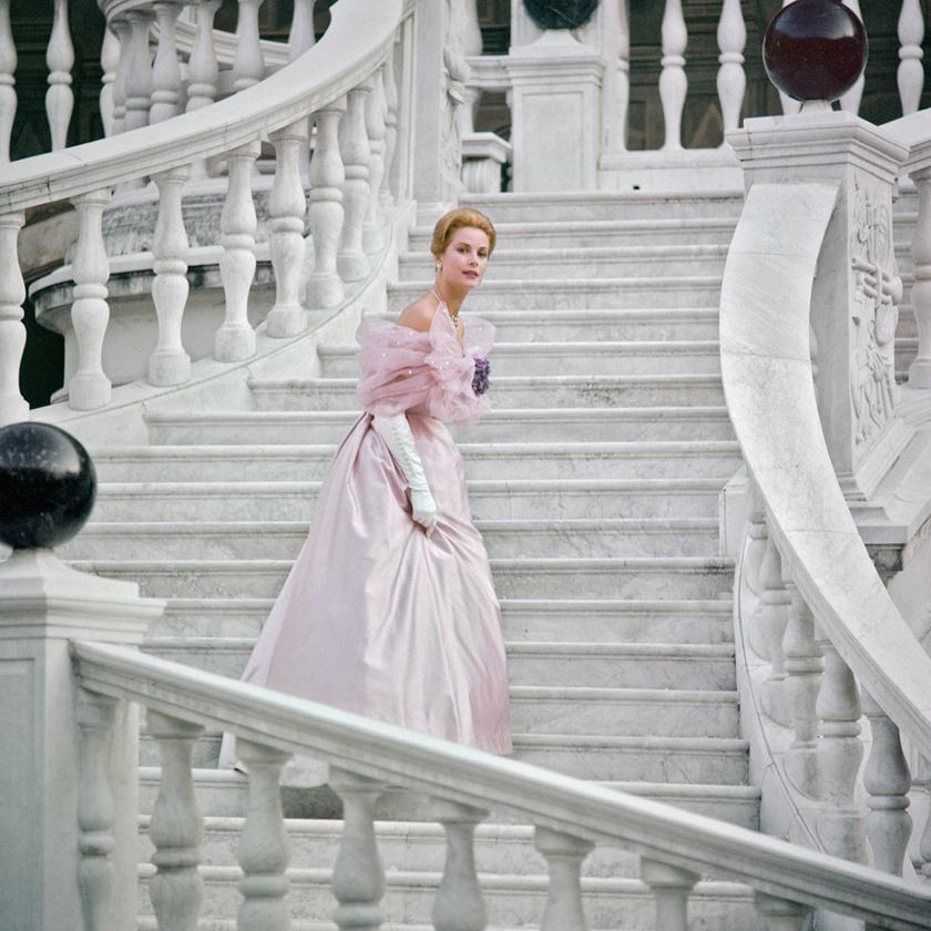 Grace Kelly a monacói palota lépcsőjén.