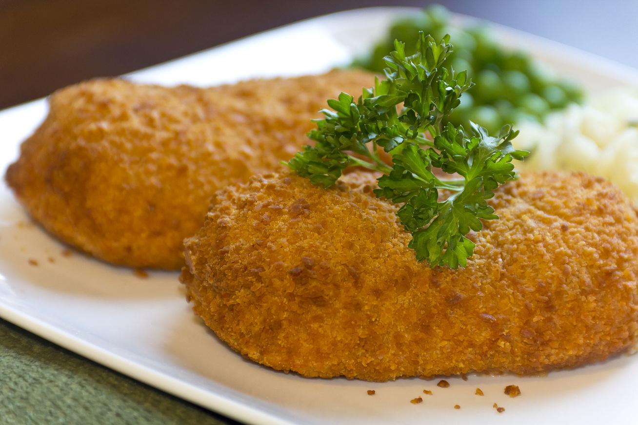 Zöldfűszeres, sajttal töltött rántott karaj