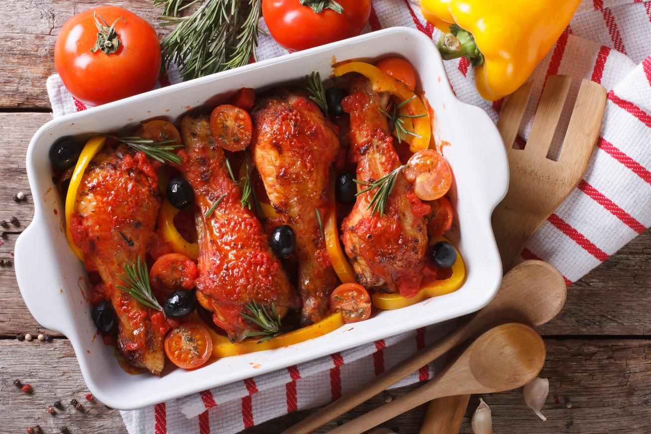 Omlós, szaftos paradicsomos sült csirkecomb - Gyönyörű, roppanós bőrrel